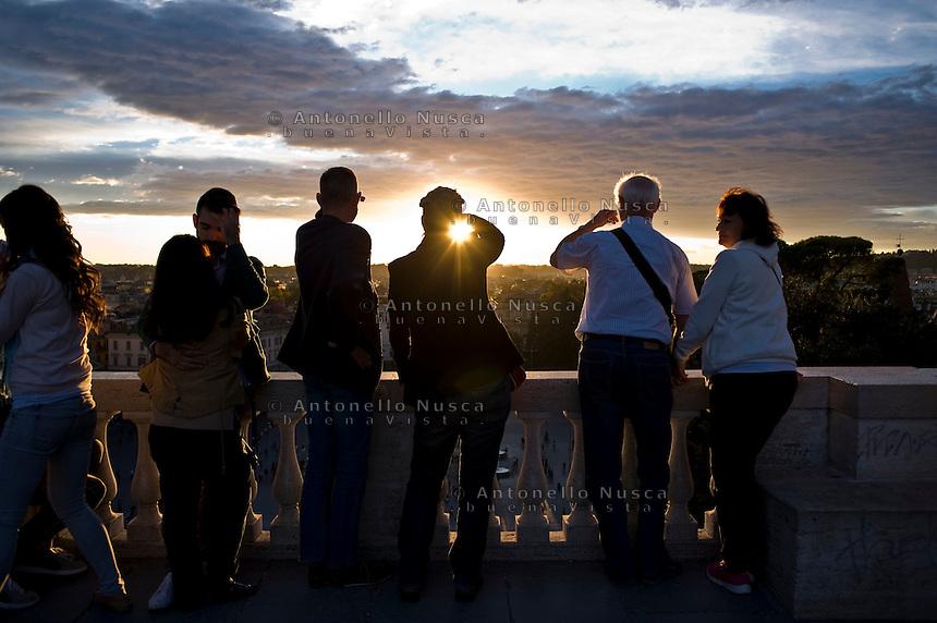 Roma,23 ottobre, 2014. Turisti sulla terrazza del Pincio osservano Roma al tramonto