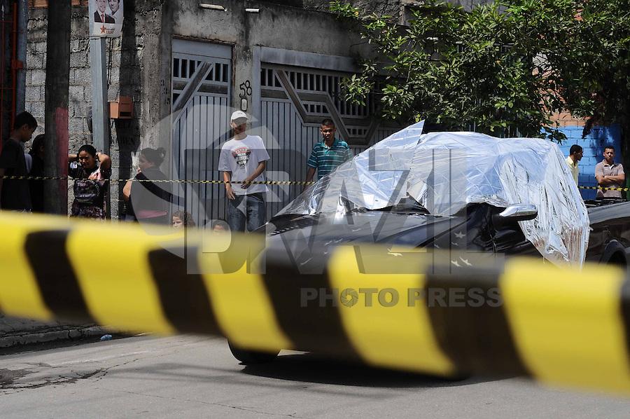 SAO PAULO , SP, 15 MARÇO 2013 - TENTATIVA DE ASSALTO - Uma tentativa de assalto terminou com a morte de um acogueiro dentro do seu veiculo guando ele ia buscar um funcionario na Rua Estrada do Bom Retiro Bairro Pedreira nesta sexta-feira, 15 (FOTO: ADRIANO LIMA / BRAZIL PHOTO PRESS).