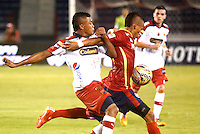 BARRANQUIILLA -COLOMBIA-18-04-2015. Leonel Garcia (Der) de Uniauntónoma disputa el balón con Carlos Valencia (Izq) del Independiente Medellin en partido por la fecha 16 de la Liga Aguila I 2015 jugado en el estadio Metropolitano de la ciudad de Barranquilla./ Leonel Garcia (R) player of Uniautonoma fights for the ball with Carlos Valencia (L) player of Independiente Medellin during match valid for the 16th date of the Aguila League I 2015 played at Metropolitano stadium in Barranquilla city.  Photo: VizzorImage/ Alfonso Cervantes /Cont