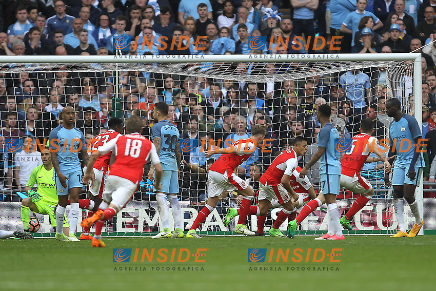 Arsenal celebrate after Alexis Sanchez (2nd R) scored their second goal <br /> London 23/04/2017 <br /> Arsenal vs Manchester City - FA Cup Semi Final <br /> Foto Darren Staples/PHCImages / Panoramic/Insidefoto <br /> ITALY ONLY