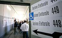 ELEZIONI I SEGGI ELETTORALI ELETTORI.FOTO CIRO DE LUCA