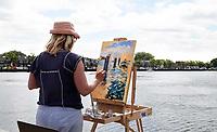 Nederland - Zaandam - 2019.  Monet Art Festival. En Plein Air schilderen. Vrouw schildert de Voorzaan.   Foto mag niet in negatieve context gepubliceerd worden.   Foto Berlinda van Dam / Hollandse Hoogte