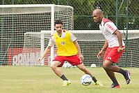 SÃO PAULO, SP, 18.08.2015 - FUTEBOL-SÃO PAULO -  Edson Silva e Daniel durante treino do São Paulo Futebol  no Centro de Treinamento da Barra Funda, na manhã desta terça-feira (18).  (Foto: Adriana Spaca/Brazil Photo Press)