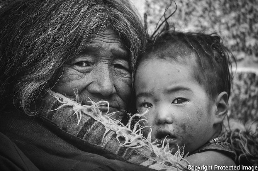Ei stolt dame med barn sitter i Barkhor, Lhasa, Tibet, Kina, opplevelse,