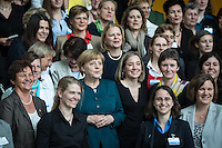Berlin, Bundeskanzlerin Angela Merkel (CDU, m.) posiert am Dienstag (07.05.13) in Kanzleramt in Berlin mit der Frauen in Führungspositionen. Foto: Maja Hitij/CommonLens