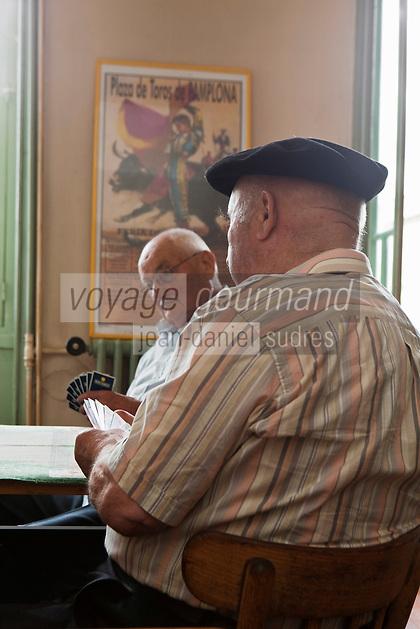Europe/France/Midi-Pyrénées/32/Gers/Mirande: Partie de cartes au Grand Café, place d'Astarac