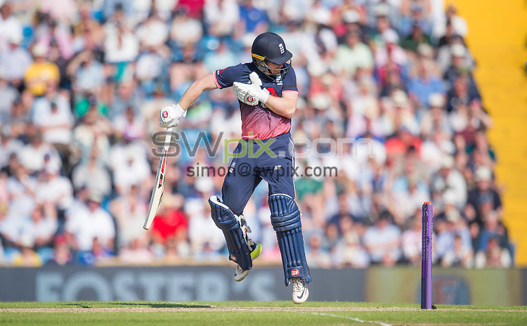 Picture by Allan McKenzie/SWpix.com - 24/05/2017 - Cricket - Royal London One-Day International - England v South Africa - Headingley Cricket Ground, Leeds, England - England's Eoin Morgan takes evasive action.