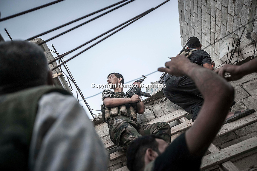 Rebel fighters belonging to the Kateba Omar Ben Abdul Aziz carry out a militar operation as they try to gain terrain over the Syrian army building by building at Aamria front line in Aleppo City..