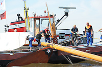 SKUTSJESILEN: SLOTEN: Sleattemer Mar, 15-08-2012, IFKS skûtsjesilen, A-klasse, skûtsje De Goede Verwachting met een gebroken mast, sleepboot Argo, ©foto Martin de Jong