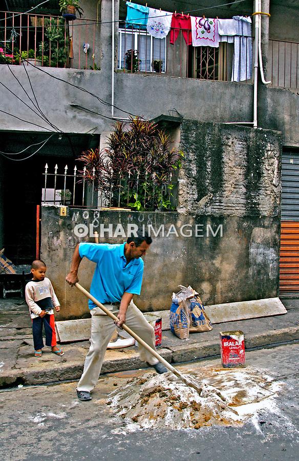 Trabalho de pedreiro em Heliópolis, São Paulo. 2004. Foto de Juca Martins.