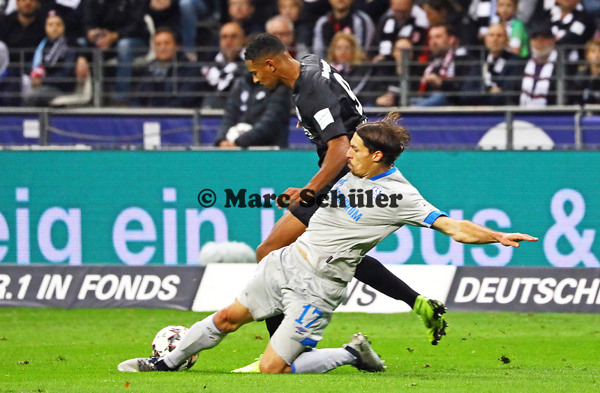 Benjamin Stambouli (FC Schalke 04) verteidigt gegen Sebastien Haller (Eintracht Frankfurt) - 11.11.2018: Eintracht Frankfurt vs. FC Schalke 04, Commerzbank Arena, DISCLAIMER: DFL regulations prohibit any use of photographs as image sequences and/or quasi-video.