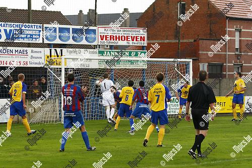 2009-10-11 / voetbal / Verbroedering Arendonk-SK Rapid Leest / Doelman Joris Smeyers (Arendonk) ziet Pieter Verbruggen de aansluitingstreffer maken.