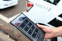 CAMPINAS,SP 07.06.2018-POLICIA-Policia Militar usa tablet para fazer Boletins de Ocorrencia. Na foto sargento Schimdt. (Foto: Denny Cesare/Codigo19)