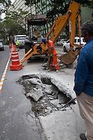 SAO PAULO, SP, 17.10.2013 -  TRANSITO AV NOVE DE JULHO - BURACO - Prefeitura já trabalha para o fechamento do buraco que apareceu na  av Nove de julho na altura do nº 2000 na manhã desta quinta-feira (17). (Foto: Marcelo Brammer / Brazil Photo Press).