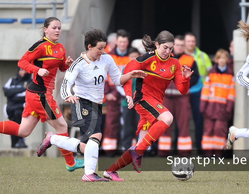 Belgie U17 - Duitsland U17 : Noemie Gelders aan de bal voor Jasmin Sehan (links).foto DAVID CATRY / Vrouwenteam.be