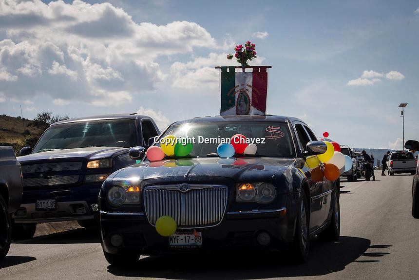 Huimilpan, Quer&eacute;taro. 11 de diciembre de 2016.- Al mediod&iacute;a de este domingo se llev&oacute; acabo la tradicional bendici&oacute;n de las &quot;trocas&quot; o camionetas y motocicletas que traen los migrantes que provienen de Estados Unidos al municipio de Huimilpan. Esta tradici&oacute;n que data de al menos 15 a&ntilde;os se realiza como parte de las actividades del regreso de migrantes.<br /> <br /> Huimilpan tiene como caracter&iacute;stica que es un municipio en el que la mayor&iacute;a de los hombres en por lo menos los &uacute;ltimos 50 a&ntilde;os, han viajado a Estados Unidos con el fin de obtener un mejor ingreso econ&oacute;mico, dado que la entidad no proporciona la econom&iacute;a suficiente.<br /> <br /> Otro de los factores que impulsan esta migraci&oacute;n ha sido la tradici&oacute;n que data desde los braceros en la mitad del siglo pasado, quienes fueron a trabajar en diferentes oficios al pa&iacute;s vecino.<br /> <br /> Fotos: Demian Ch&aacute;vez.