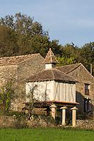 France, Midi-Pyrénées, Tarn (81), Penne: Village médiéval  , ferme et pigeonnier // France, Midi Pyrenees, Tarn,  Penne : Medieval village, farm and dove-cot