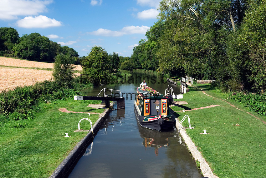 Grossbritannien, England, Berkshire, Kennet and Avon Kanal bei Newbury: traditionelles Binnenschiff macht in einer Schleuse fest | Great Britain, England, Berkshire, Kennet and Avon Canal, traditional canal barge entering Lock