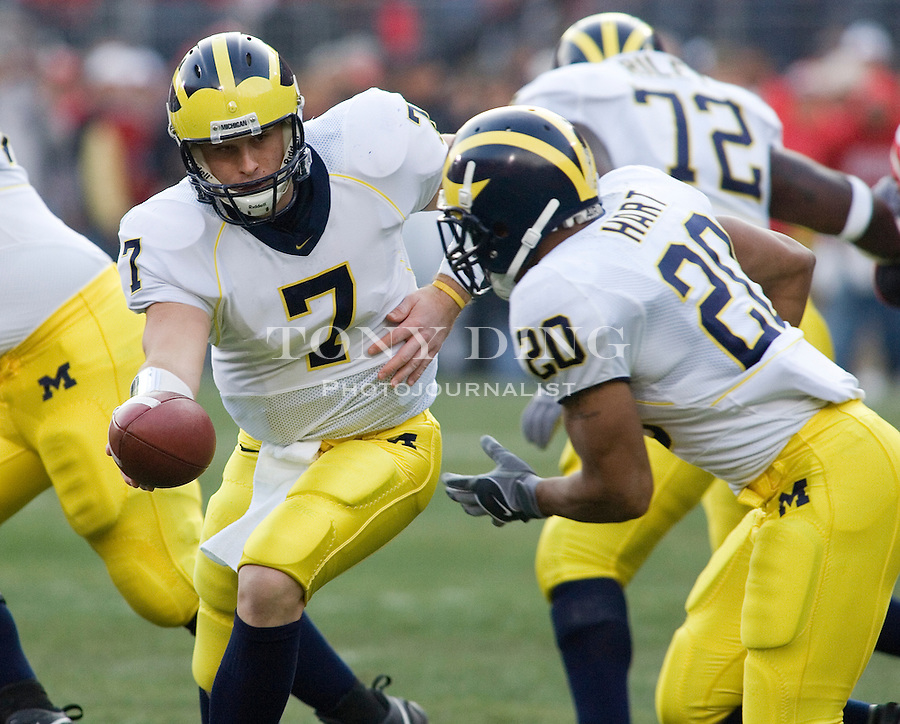 18 Nov 2006: Michigan quarterback Chad Henne (7) hands off the football to running back Mike Hart (20) during Ohio State's 42-39 win over Michigan in a college football game at Ohio Stadium in Columbus, OH.