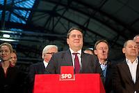 Der SPD-Bundesvorsitzende Sigmar Gabriel gibt am Samstag (14.12.13) in Berlin das Ergebnis des SPD Mitgliederentscheids zur Gro&szlig;en Koalition mit der CDU/CSU bekannt. Die Mehrheit der SPD-Mitglieder sprach sich f&uuml;r eine Gro&szlig;e Koalition aus.<br /> Foto: Axel Schmidt/CommonLens<br /> <br /> Berlin, Germany, politics, Deutschland, 2013, Groko, Koalition, SPD, Mitglieder, Basis, Mitgliederentscheid, Entscheid, Mitgliedervotum, Votum, Ausz&auml;hlung