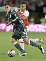 BOGOTÁ -COLOMBIA, 07-02-2016. Juan D Roa (Der.) jugador de Santa Fe disputa el balón con Michael Rangel (Izq.) jugador de Millonarios durante partido entre Independiente Santa Fe y Millonarios por la fecha 3 de la Liga Aguila I 2016  jugado en el estadio Nemesio Camacho El Campin de la ciudad de Bogota. / Juan D Roa (R) player of Santa Fe struggles for the ball with Michael Rangel (L) player of Millonarios during a match between Independiente Santa Fe and Cucuta Deportivo for the date 3 of the Liga Aguila I 2016 played at the Nemesio Camacho El Campin Stadium in Bogota city. Photo: VizzorImage/ Gabriel Aponte / Staff