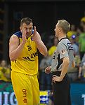 08.05.2018, EWE Arena, Oldenburg, GER, BBL, Playoff, Viertelfinale Spiel 2, EWE Baskets Oldenburg vs ALBA Berlin, im Bild<br /> Lustig in der Video-Auszeit<br /> Rasid MAHALBASIC (EWE Baskets Oldenburg #24)<br /> Christof MADINGER (BBL #Schiedsrichter<br /> Foto &copy; nordphoto / Rojahn