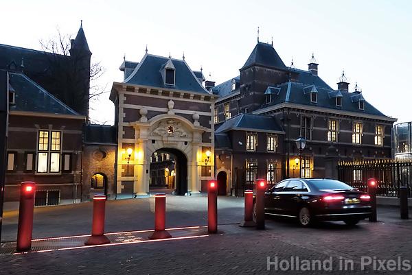 Nederland -  Den Haag - 4  december 2017. Verlichte beveiligingspalen bij het Binnenhof. Berlinda van Dam / Hollandse Hoogte