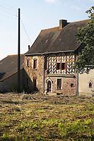 Maison a pans de bois transformee a de multiple reprise.<br /> Elle se situait a l'origine dans les champs, a plusieurs centaines de metre du bourg