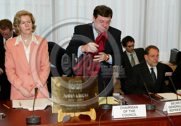 BRUSSELS - BELGIUM - 23 FEBRUARY 2004--Inauguration of the Anna LINDH EU-Council meeting room.-- Brian COWEN, The Irish Minister of Foreign Affairs, unveils the the plaque to commemorate Anna LINDH, Swedens former Minister of Foreign Affairs. To his left the Irish EU-Ambassador Anne ANDERSON, and the right Javier SOLANA, EU High Representative for CFSP.-- PHOTO: ERIK LUNTANG / EUP-IMAGES