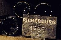 Europe/France/Bourgogne/21/Côte d'Or/Nuits Saint Georges: Grands crus de Bourgogne - Les caves de la maison Charles Vienot - Détail de vieilles bouteilles AOC Richebourg