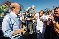 SAO PAULO, SP, 18 DE SETEMBRO 2012 - ELEICOES SP - JOSE SERRA - O candidato a prefeitura de Sao Paulo, Jose Serra (PSDB) e o candidato a vereador Agnaldo Timoteo durante visita ao Parque do Trote no bairro da Vila Guilherme regiao norte da capital paulista nesse sabado FOTO: VANESSA CARVALHO - BRAZIL PHOTO PRESS.