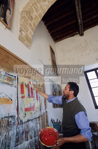 Afrique/Maghreb/Maroc/El-Jadida : Zoubir Najeb artiste peintre expose et travaille dans l'ancienne synagogue