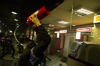 SÃO PAULO, 25.10.2013 - Manifestantes ligados ao Movimento Passe Livre (MPL) queimam catraca gigante durante protesto por melhorias no transporte público realizado no centro de São Paulo, na tarde desta sexta-feira (25). (Foto: Amauri Nehn / Brazil Photo Press).