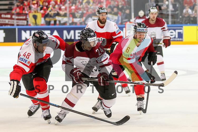 Lativa Redlihs, Mikelis (Nr.24) geht durch die Mitte von Oestereichs Rotter, Rafael (Nr.6) und Oestereichs Iberer, Florian (Nr.48) im Spiel IIHF WC15 Oestereich vs. Lativa.<br /> <br /> Foto &copy; P-I-X.org *** Foto ist honorarpflichtig! *** Auf Anfrage in hoeherer Qualitaet/Aufloesung. Belegexemplar erbeten. Veroeffentlichung ausschliesslich fuer journalistisch-publizistische Zwecke. For editorial use only.