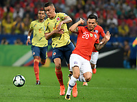 SAO PAULO – BRASIL, 28-06-2019: Mateus Uribe de Colombia disputa el balón con Charles Aranguiz de Chile durante partido por cuartos de final de la Copa América Brasil 2019 entre Colombia y Chile jugado en el Arena Corinthians de Sao Paulo, Brasil. / xxx of Colombia vies for the ball with xxx of Chile during the Copa America Brazil 2019 quarter-finals match between Colombia and Chile played at Arena Corinthians in Sao Paulo, Brazil. Photos: VizzorImage / Julian Medina / Cont /
