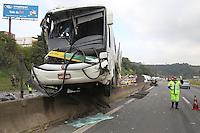 MAIRIPORÃ, SP, 09.05.2014, ACIDENTE FERNAO DIAS - Grave acidente na manha dessa sexta-feira (9) na Rodovia Fernao Dias altura do Km 56 no biarro de Terra Preta municipio de Mairiporã, interior de Sao Paulo. Um onibus colidiu contra um caminhao, que tombou com o impacto. O motorista ficou ferido e foi socorrido a hospital da regiao. A rodovia esta totalmente interditada no sentido de Sao Paulo. (Foto Luiz Guarnieri - Brazil Photo Press)