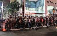 SAO PAULO, SP, 28 DE FEVEREIRO 2013 - QUEDA DE MARQUISE - Publico acompanha trabalho dos bombeiros procuram por pessoas sobre os escombros da marquise de um prédio que desabou no bairro da Liberdade, região central de São Paulo, no início da noite desta quinta-feira. Pelo menos uma pessoa morreu no incidente. FOTO: VANESSA CARVALHO - BRAZIL PHOTO PRESS