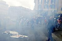 Roma, 31 Agosto 2012.Lavoratori Alcoa protestano a Montecitorio, Fontana di Trevi e arrivano al Ministero dello Sviuppo economico..I lavoratori bruciano lo striscione Alcoa