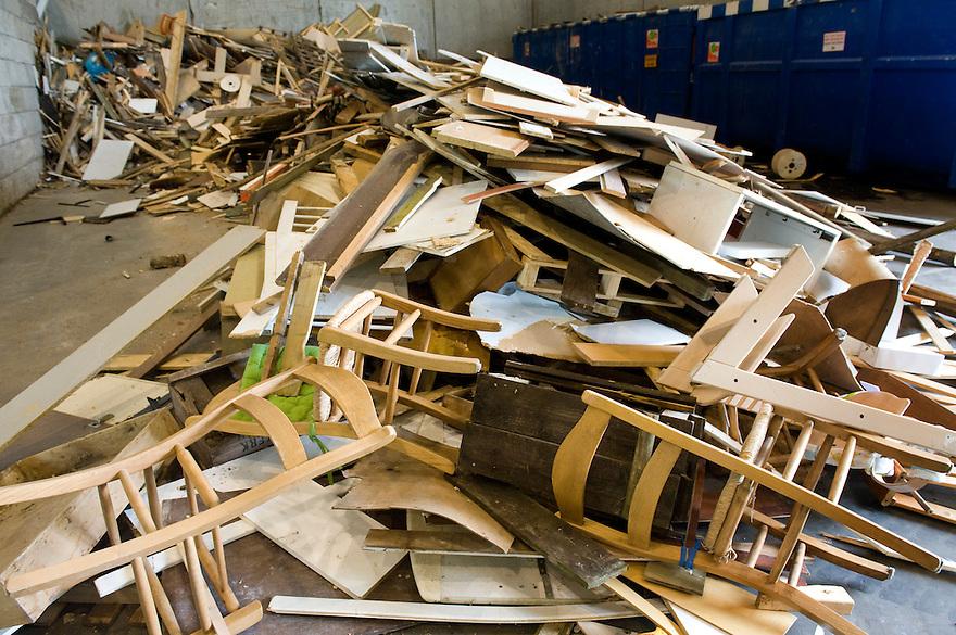 Nederland, Zwolle, 3 juli 2010.Hout sloopafval bij vuilverwerker Rova.  Sloopafval wat gescheiden is ingezameld bij de miliuestraat, waar mensen zelf afval in de juiste container storten...Foto (c)  Michiel Wijnbergh