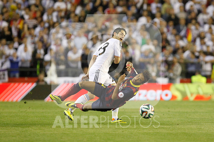 Real Madrid´s Isco (L) and F.C. Barcelona´s Neymar Jr during the Spanish Copa del Rey `King´s Cup´ final soccer match between Real Madrid and F.C. Barcelona at Mestalla stadium, in Valencia, Spain. April 16, 2014. (ALTERPHOTOS/Victor Blanco)