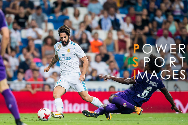 Isco Alarcon (l) of Real Madrid fights for the ball with Carlos Sanchez of ACF Fiorentina during the Santiago Bernabeu Trophy 2017 match between Real Madrid and ACF Fiorentina at the Santiago Bernabeu Stadium on 23 August 2017 in Madrid, Spain. Photo by Diego Gonzalez / Power Sport Images