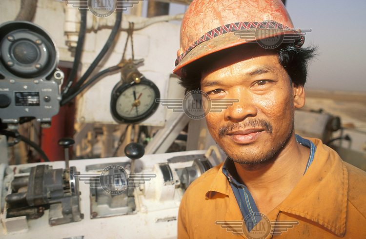 ©ÊGuy Mansfield / Panos Pictures..KUWAIT..Migrant labourer working on an oil facility.