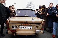 Berlino, 9 Novembre, 1989. Tedeschi dell'Est con la loro Trabant entrano a Berlino Ovest attraverso un varco nel muro subito dopo la sua caduta..Ph. Antonello Nusca/Buenavista photo