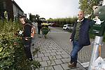 """Foto: VidiPhoto<br /> <br /> STOLWIJK – Personeel van hoveniersbedrijf VDBH west uit Stolwijk aan het werk in het openbaar groen van het dorp Stolwijk. Volgens directeur Wilco Boender zijn de groenopleidingen onder de maat. """"Ik ben er mee gestopt om de groenscholen de goede kant op te krijgen. We doen het nu gewoon zelf."""" Door de 'funfactor' binnen zijn bedrijf (""""ze krijgen gelegenheid om certificaten te halen, we werken met nieuw en goed materieel, ze hebben inspraak en aan het eind van de middag is er friet en een biertje"""") weet hij zijn personeel vast te houden."""