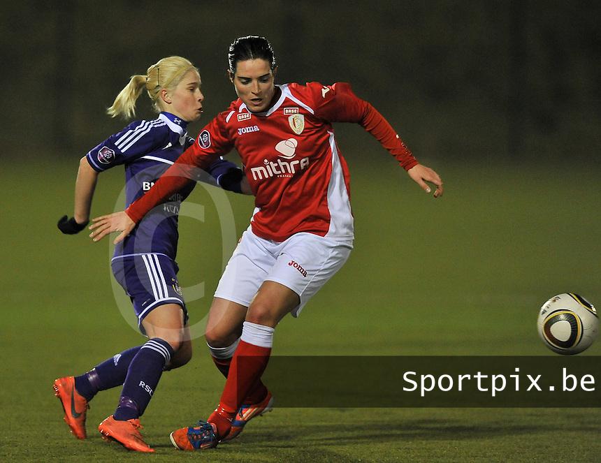 RSC Anderlecht - Standard Femina : duel tussen Stephanie Van Gils en Cecile De Gernier (rechts).foto DAVID CATRY / Vrouwenteam.be