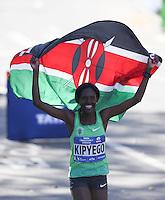 NEW YORK, NY, 06.11.2016 - MARATONA-NEW YORK - Sally Kipyego do Quenia comemora segundo lugar na Maratona Internacional de New York  nos Estados Unidos neste domingo, 06. (Foto: William Volcov/Brazil Photo Press)