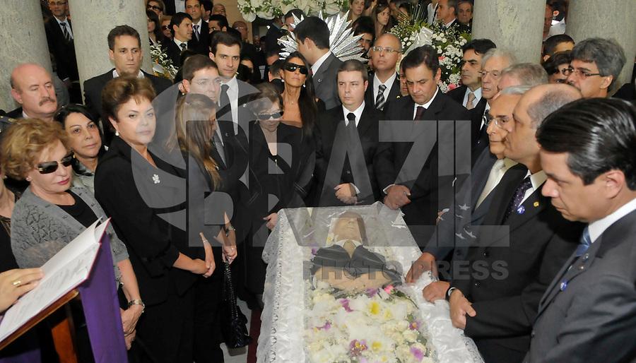 BELO HORIZONTE, BH, 31 DE MARÇO DE 2011 - VELÓRIO JOSÉ ALENCAR EM BELO HORIZONTE - Corpo do ex-vice-presidente da República, José Alencar, durante velório no Palácio da Liberdade, sede do governo do estado de Minas Gerais, nesta quinta-feira (31). Alencar morreu nesta terça-feira (29) em São Paulo. Conforme informações do Hospital Sírio-Libanês, ele faleceu em decorrência de câncer e falência de múltiplos órgãos. Ele lutava contra um câncer no abdome há mais de 13 anos e havia passado por 17 cirurgias. (FOTO: DOUGLAS MAGNO / NEWS FREE).