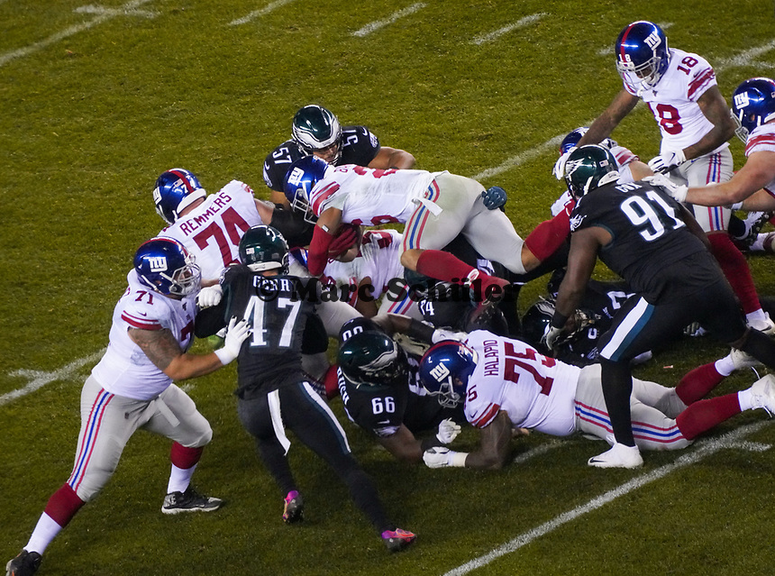 running back Saquon Barkley (26) of the New York Giants versucht über seine Teamkollegen zu springen - 09.12.2019: Philadelphia Eagles vs. New York Giants, Monday Night Football, Lincoln Financial Field