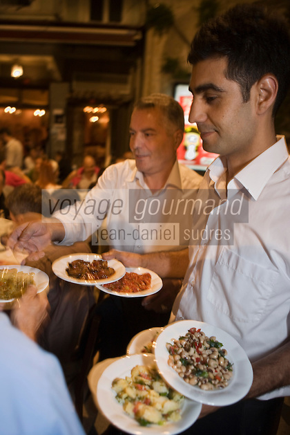 Europe/Turquie/Istanbul : Service des mezze au Restaurant Refik, traditionnel Meyhane, estaminet  ou les turcs seretrouvent le soir dans le  Quartier Istiklal caddesi [Non destiné à un usage publicitaire - Not intended for an advertising use]