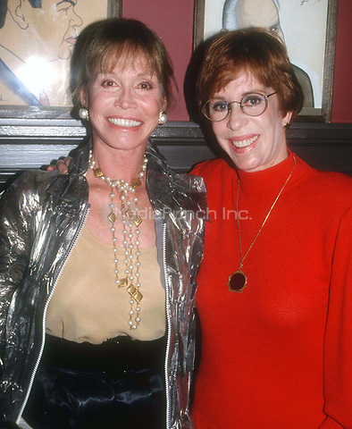 Mary Tyler Moore and Carol Burnett 1992<br /> Photo By John Barrett/PHOTOlink.net / MediaPunch